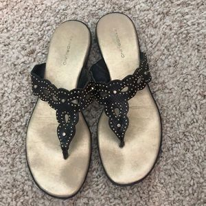 Shoes - Black and gold comfy beach sandles